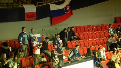 Menšia skupina slovenských fanúšikov na druhej tribúne, viacmenej Bratislavčania :-)
