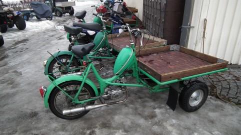 "Trojkolesový moped nazývaný vo švédčine aj ""flakmoped."""