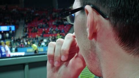 Sklamaný Michal sledujúci zápas Poľska.