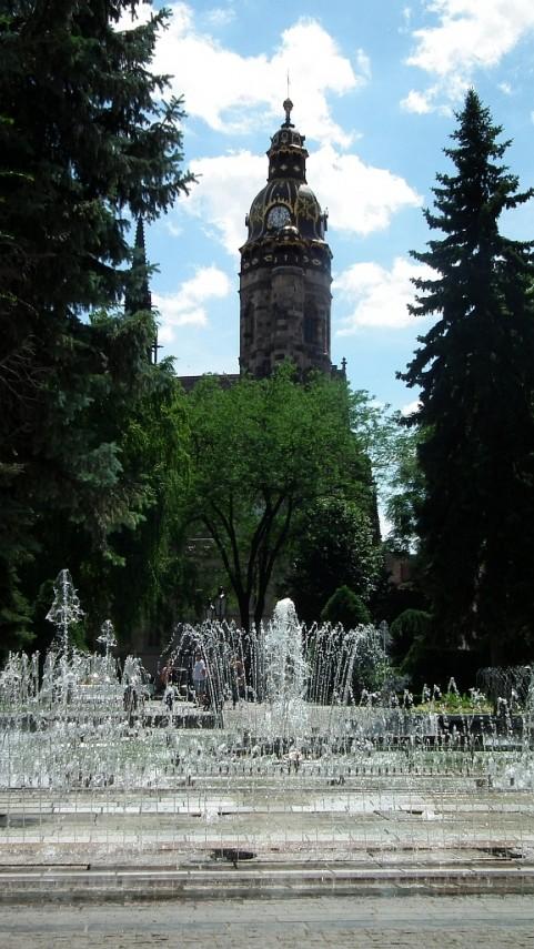 Spievajúca fontána, v pozadí katedrála sv. Alžbety.