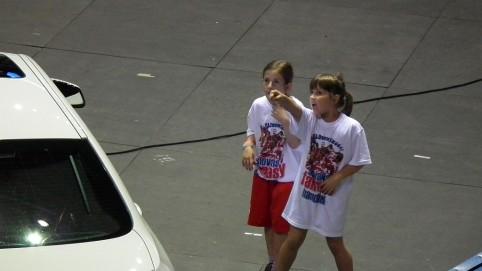 Deti za jednou z brán oslavovali každý slovenský zásah. Neskutočne sa zabávali a zabávali aj divákov.