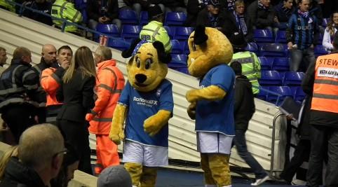 Pred zápasom ľudí zabávali maskoti volaní Beau Brummie.