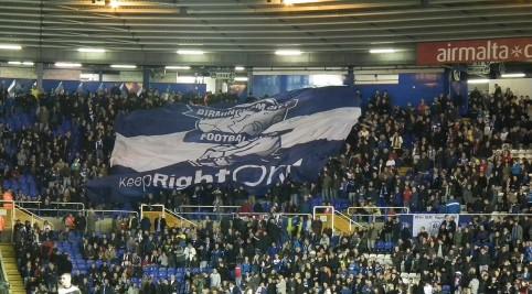 Blíži sa začiatok zápasu, veľká vlajka v sektore domácich.